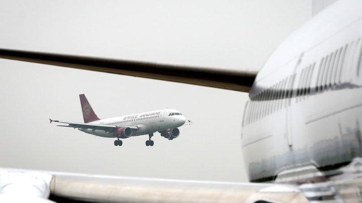 SCENE DE GROAZĂ pe un aeroport din India. O stewardesă a căzut din avion