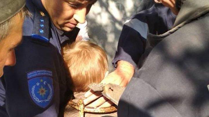 Salvatorii, în alertă. Un micuţ de 3 ani din Comrat, cu capul blocat între fiarele unei porți (FOTO)