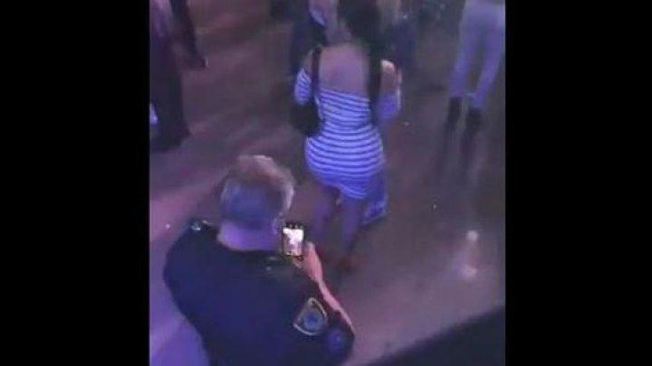 Un polițist din Texas a fost suprins în timp ce-i făcea poze pe ascuns unei femei la un concert (VIDEO)