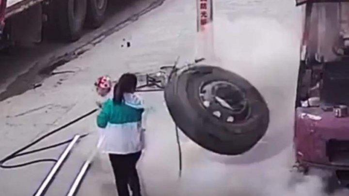 MOMENTUL ÎNFIORĂTOR în care un bebeluş a fost aruncat din braţele mamei după explozia unui cauciuc (VIDEO)