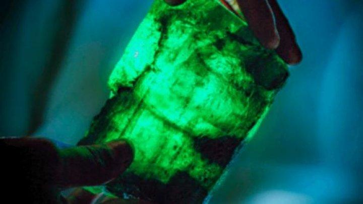 Un cristal-monstru din smarald de 5.655 de carate va fi scos la licitație în Marea Britanie