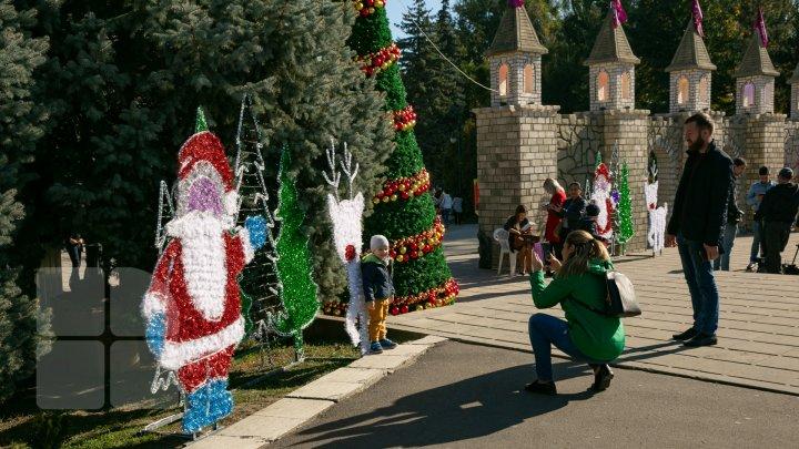 (FOTO) Brazi împodobiți, Moș Crăciun şi decoraţiuni de iarnă. Oamenii veniţi la Hramul Chişinăului, ULUIŢI