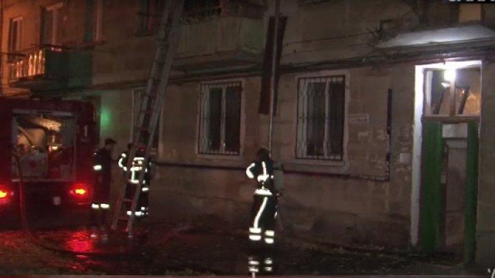 NENOROCIRE într-un bloc de locuit din sectorul Râşcani. Un bărbat a ars de viu în propria casă (VIDEO)
