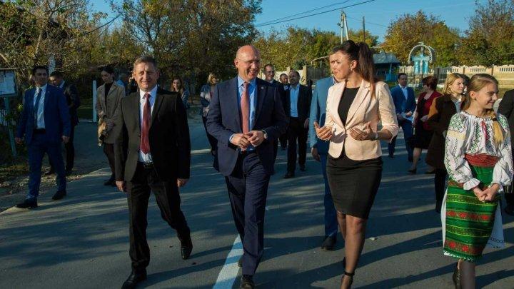Pavel Filip, la inaugurarea drumului renovat din Greblești: Vă asigur că, an de an, lungimea în kilometri a acestor drumuri va crește