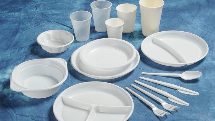 Italia va interzice paharele şi farfuriile din plastic începând cu 2020