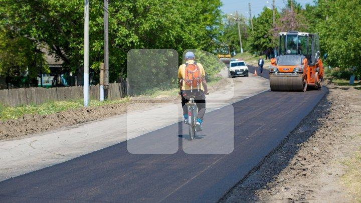 Au scăpat de noroi și gropi. În satul Sofia a fost inaugurat un drum reabilitat în cadrul programului Drumuri bune pentru Moldova