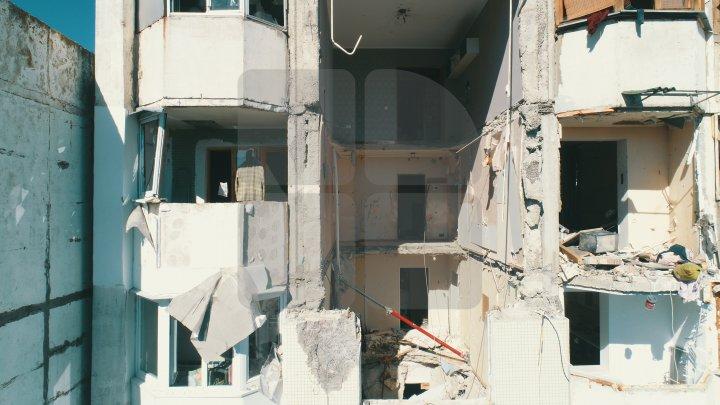 A început reconstrucţia planşeelor distruse în urma exploziei din blocul de pe bulevardul Moscovei