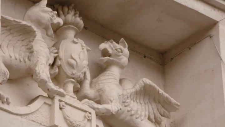 Grifonul, monstrul care unește binele și răul. Pe care clădire din Chișinău găsim un cuplu de creaturi mistice