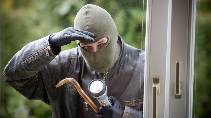 Hoț ghinionist! A lăsat indicii care i-au adus imediat polițiștii la ușă, deși paguba a fost neînsemnată