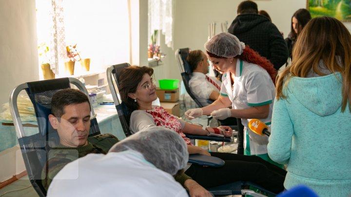 Ministrul Sănătăţii a donat sânge împreună cu Ministrul Apărării: Donarea de sânge înseamnă o șansă în plus la viață (FOTO)
