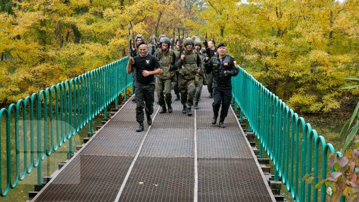 Membrii unității speciale Fulger împreună cu jurnaliştii au luptat pentru bereta neagră (FOTOREPORT)