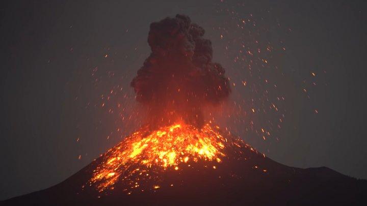 IMPRESIONANT. Vulcanul Krakatau și-a creat propriul fulger în timpul erupției (VIDEO)