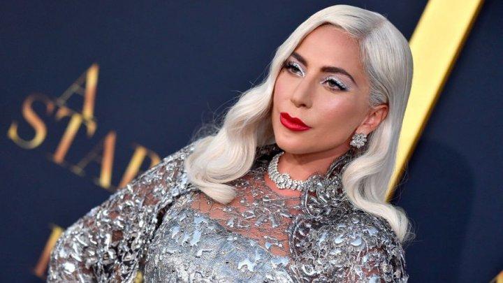 Moment jenant pentru Lady Gaga. Cântăreaţa a căzut de pe scenă în timp ce dansa cu un fan