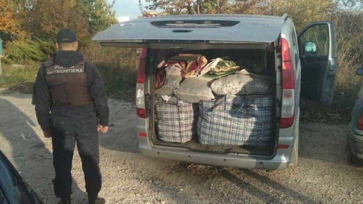 A vrut să treacă frontiera cu marfă de contrabandă, dar a rămas şi fără bunuri, şi fără maşină
