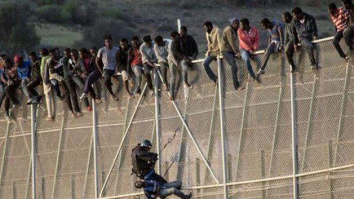 Mai mulți militari au fost răniţi în Maroc, după ce sute de migranţi au luat cu asalt enclava spaniolă Melilla