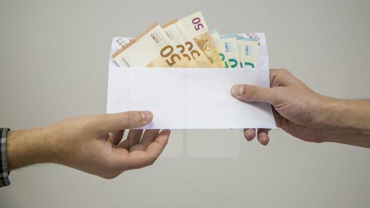 Au luat MITĂ DE MII DE EURO de la soţia unui inculpat. Un procuror din Orhei și un avocat, REŢINUŢI
