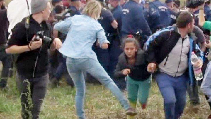 Decizie incredibilă luată de Curtea Supremă în privinţa jurnalistei ungare care a pus piedică şi a lovit migranţi în 2015