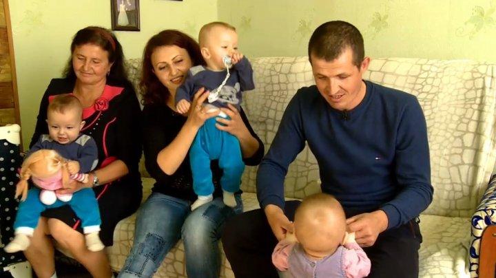Povestea minunată a familiei cu cvadrupleţi din Glodeni. Cei patru micuţi vor împlini în curând un an