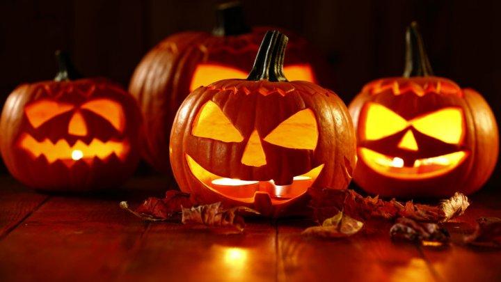 Cum îți ghicești viitorul soț în coaja de măr în noaptea de Halloween