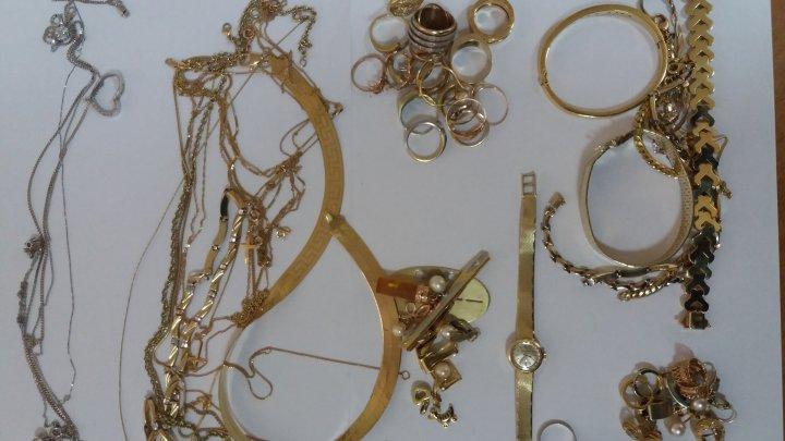 Jumătate de kilogram de bijuterii, descoperit în maşina unei moldovence în timpul controlului vamal