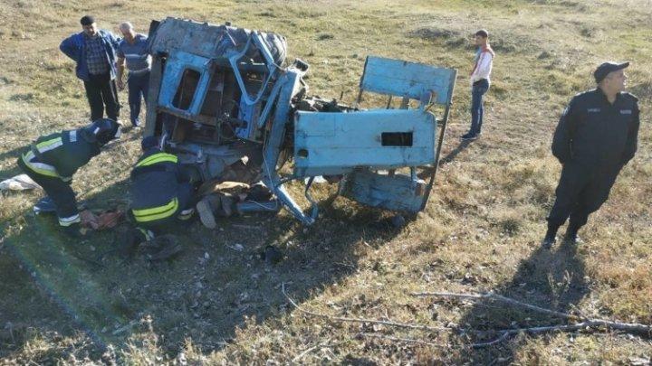 IMAGINI ŞOCANTE. Un bărbat din Sângerei şi-a pierdut viaţa într-un accident de tractor (FOTO)