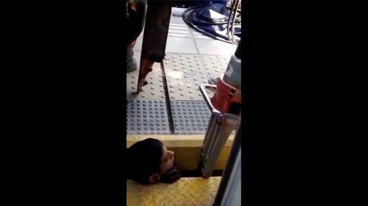 IMAGINI ŞOCANTE. Un tânăr a rămas cu capul blocat între peron și tren
