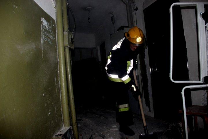 TABLOU SUMBRU la blocul afectat de explozie. Salvatorii continuă lucrările, iar sinistrații privesc disperaţi la casele ruinate (IMAGINI JALNICE)