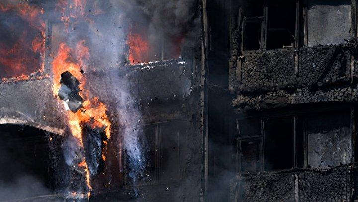 Londra: 5 oameni reţinuti pentru difuzarea video-urilor cu incendiul de la Grenfell Tower