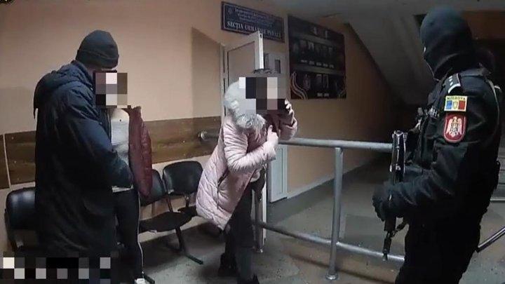 SHOW cu două fete bete criță în fața unui club din Capitală. Polițiștii s-au chinuit să le calmeze (VIDEO)