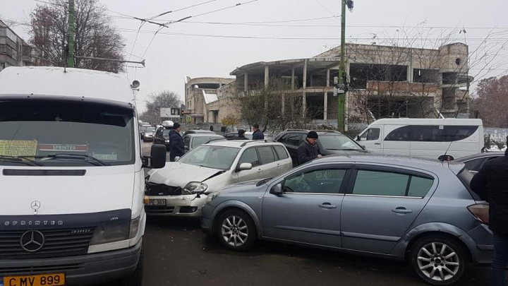 ACCIDENT ÎN LANŢ în sectorul Botanica. Cinci maşini, implicate. Poliţia, la faţa locului (FOTO)