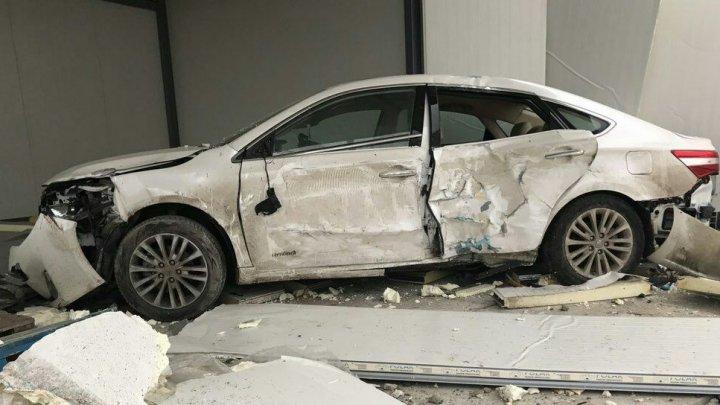 ACCIDENT DE GROAZĂ la Anenii Noi. Un tânăr a intrat cu maşina într-un magazin de pe marginea drumului (GALERIE FOTO)