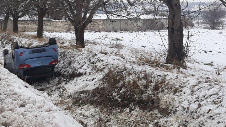 Accident la intrarea în Vatra. Un șofer a derapat cu mașina de pe șosea și a ajuns într-un șanț (FOTO)