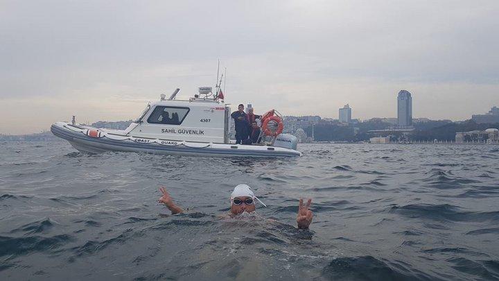 Centenarul, marcat într-un mod neobişnuit. Un bibliotecar a străbătut înot distanţa de la Sulina la Istanbul