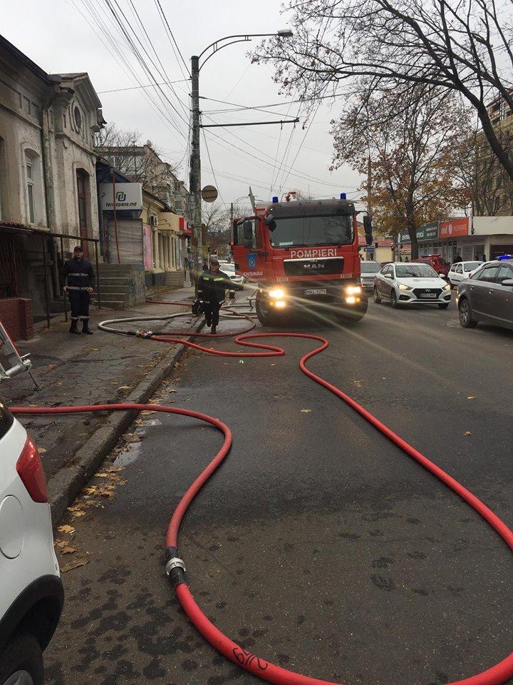 Incendiu pe strada București din Capitală. A ars acoperişul unei clădiri (VIDEO/FOTO)