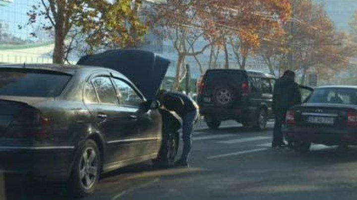 ACCIDENT pe strada Calea Ieşilor. Două automobile s-au ciocnit violent (FOTO)