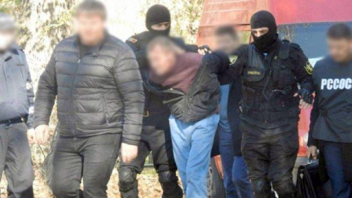 Cinci persoane, reținute de PCCOCS. Ce au găsit procurorii la ei acasă