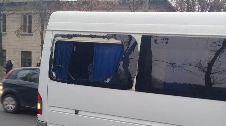 ACCIDENT RUTIER în Capitală. Un maxi-taxi s-a tamponat cu un troleibuz și a rămas fără fereastră (FOTO)