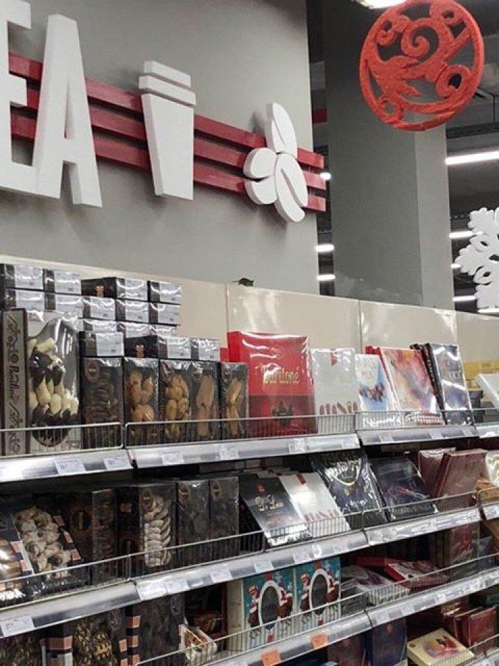 SCENĂ ȘOCANTĂ la un supermarket din Chișinău. Șoarece în raftul cu dulciuri (FOTO/VIDEO)