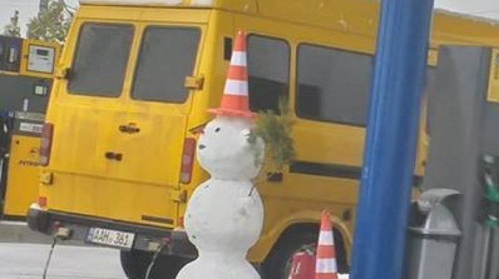 Ninge frumos în Moldova. La o benzinărie din Chişinău a apărut PRIMUL OM DE ZĂPADĂ (FOTO)