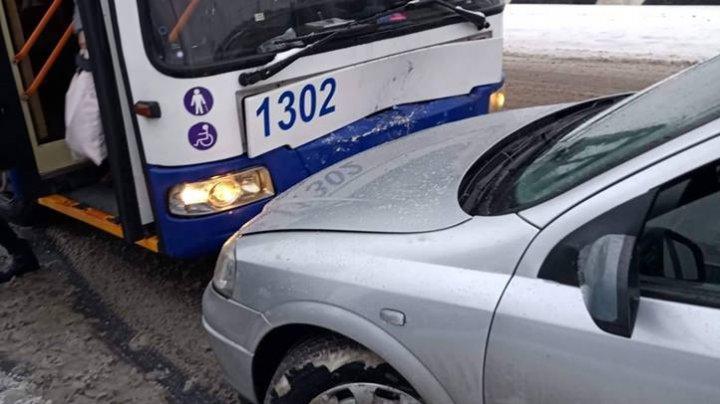 ACCIDENT în sectorul Botanica al Capitalei. Un șofer care circula pe contrasens s-a ciocnit cu un troleibuz (FOTO)