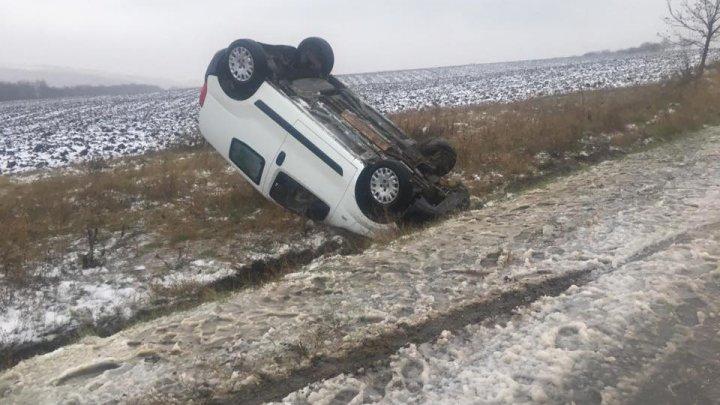 Centura de siguranță salvează vieți! O maşină a derapat de pe carosabil (FOTO)