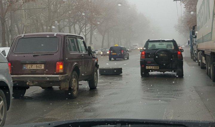 Dimineață cu GHINION. Roata unei mașini de gunoi a sărit din mers și a lovit un automobil (FOTO)