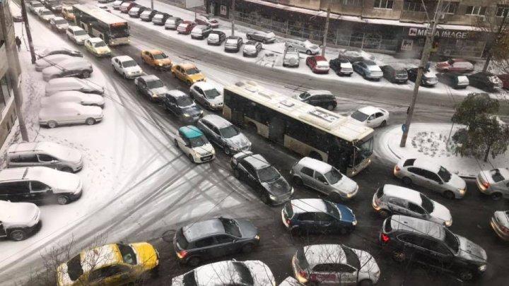 Vine IADUL ALB. Mai multe mașini au rămas blocate bară la bară pe străzile din România