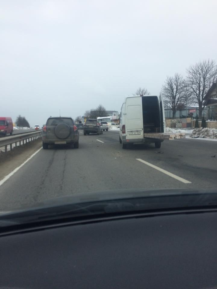 Accident la ieșirea din comuna Stăuceni. Se circulă cu dificultate (FOTO)