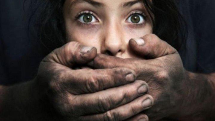 MONSTRU CU CHIP DE TATĂ. Un bărbat din Nisporeni îşi ameninţa propria fiică cu moartea şi încerca să o abuzeze sexual