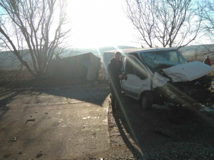 ACCIDENT CUMPLIT în raionul Străşeni, cu implicarea a trei vehicule. Poliţia şi ambulanţa, la faţa locului
