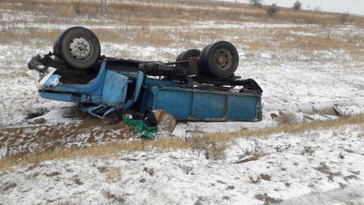VREME REA în Moldova. Un ZIL s-a răsturnat în apropiere de Gura Camencii, Florești (FOTO)