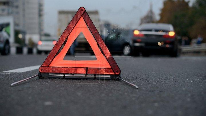 Momentul în care un şofer neatent PROVOACĂ un accident în lanţ pe strada Vadul lui Vodă (VIDEO)