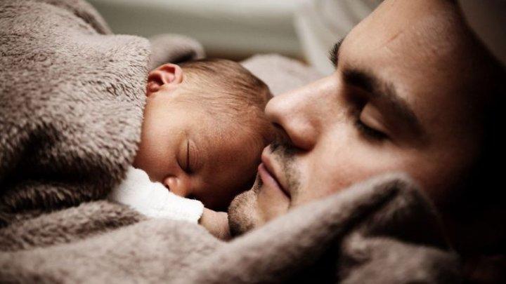 Experţii susţin: Bărbaţii ar putea ALĂPTA bebeluşii. Invenţia se află în perioada de dezvoltare şi testare