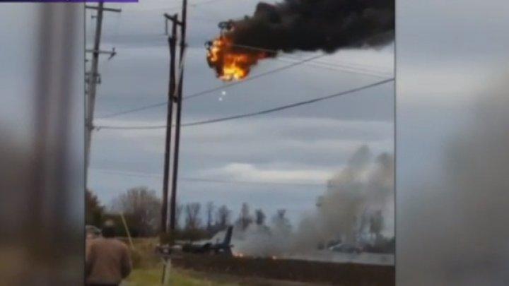Un elicopter a rămas agățat de cablurile de înaltă tensiune şi a luat foc: Doi oameni au murit